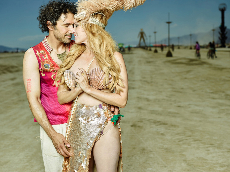 wpid-burning_man_couples_in_love_2014_photos_005-2014-12-16-12-00.jpg